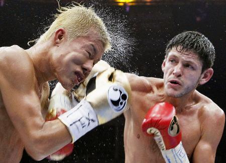 ジェイミー・マクドネル(右)のパンチを浴びる亀田和毅=5月、米テキサス州ヒダルゴ(AP=共同)