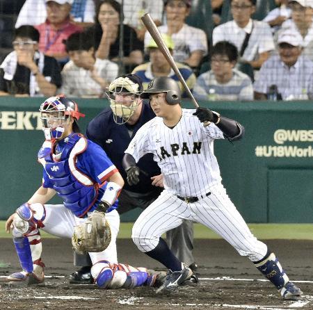韓国戦の2回、伊藤が先制の三塁打を放つ=甲子園