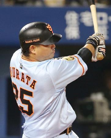 9回巨人2死一、二塁、村田が左前に決勝打を放つ=横浜