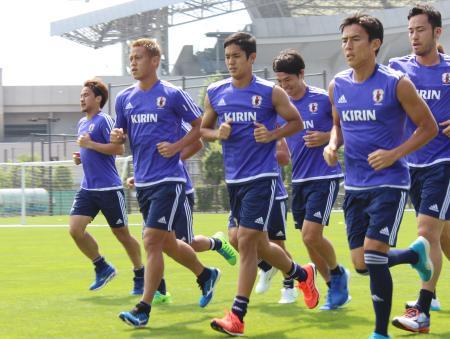 練習でランニングする本田(左から2人目)らサッカー日本代表=4日、埼玉スタジアムのサブグラウンド