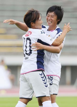 新潟―INAC神戸 前半、ゴールを決め大野(左)と喜ぶINAC神戸・高瀬=新潟市陸上競技場