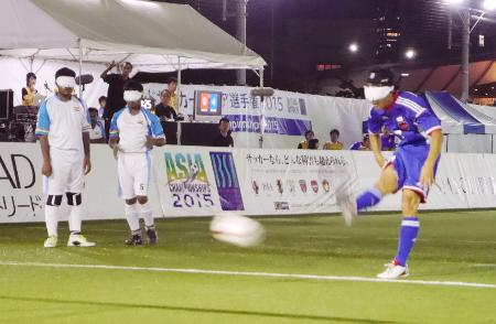 日本―インド PKで5点目を決めた川村(右)=国立代々木競技場フットサルコート