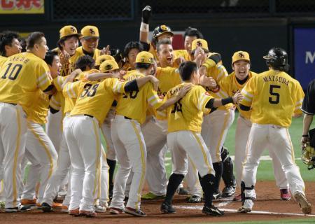 12回、サヨナラ2点本塁打を放った松田(右端)を迎えるソフトバンクナイン=ヤフオクドーム