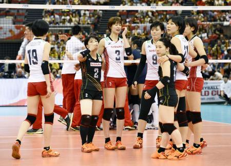 中国に敗れ、肩を落とす日本の選手たち=名古屋市のガイシプラザ