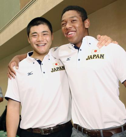 野球のU―18W杯高校日本代表の解団式を終え、笑顔で肩を組む清宮幸太郎(左)とオコエ瑠偉=7日午前、大阪市