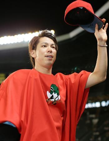 2日、11勝目を挙げ、ファンの声援に応える広島・前田=甲子園