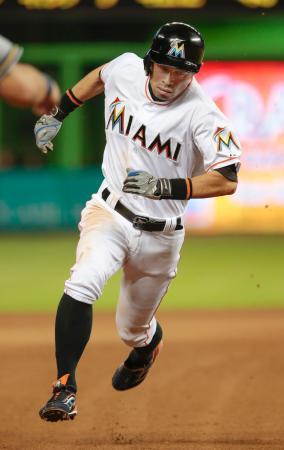 ブルワーズ戦の4回、四球で出塁後、ゴードンの二塁打で生還するマーリンズのイチロー=マイアミ(共同)