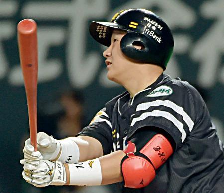 6回ソフトバンク無死、李大浩が左中間に満塁本塁打を放つ=札幌ドーム