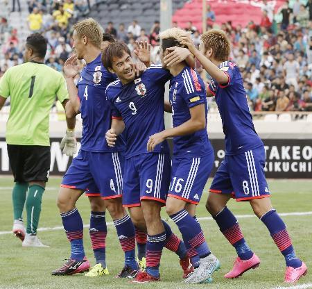 日本―アフガニスタン 後半、4点目のゴールを決め祝福を受ける岡崎(9)=テヘラン(共同)