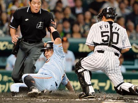 2回巨人無死一、二塁、アンダーソンの打球を左翼手が後逸する間に、阿部が先制の生還。捕手藤井=甲子園