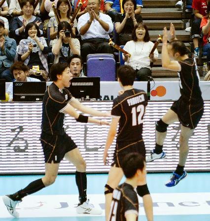 オーストラリアに勝利し、喜ぶ清水(左)ら日本代表=広島県立総合体育館
