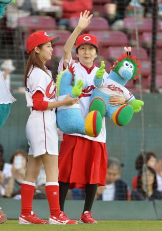 プロ野球の広島―中日戦に「1日ホームランガール」として登場した草田カズヱさん(右)=10日、広島市のマツダスタジアム