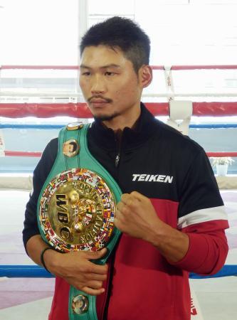 記者会見後、ポーズをとるWBCスーパーフェザー級チャンピオンの三浦隆司=11日、東京都新宿区の帝拳ジム