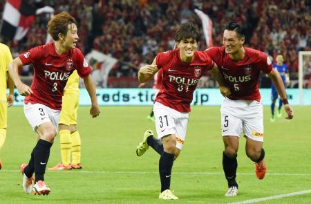 浦和―柏 後半、決勝ゴールを決め、駆けだす浦和・高木(中央)=埼玉スタジアム