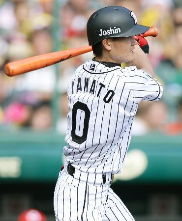 5回阪神2死一、三塁、大和が左前に同点打を放つ=甲子園
