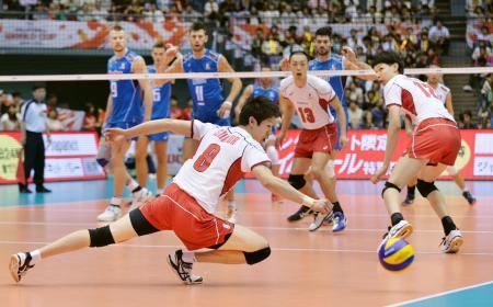 日本―イタリア 第3セット、イタリアにサービスエースを決められる日本。手前は石川(8)=広島県立総合体育館