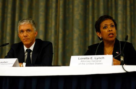 14日、チューリヒで記者会見するリンチ米司法長官(右)とスイスのラウバー検事総長(ロイター=共同)