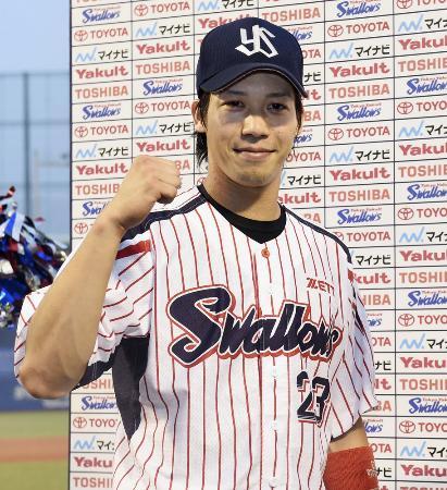 今季30盗塁目を決め、お立ち台でガッツポーズするヤクルト・山田=神宮