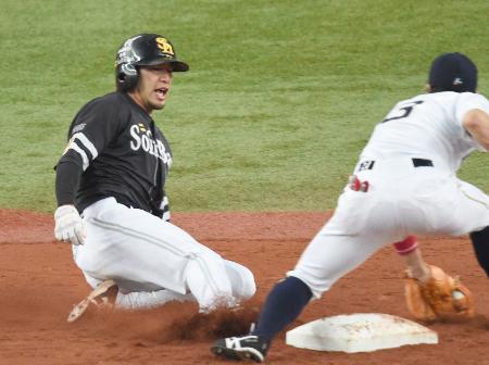 5回ソフトバンク1死一塁、打者内川のとき、今季30盗塁となる二盗を決める柳田=京セラドーム