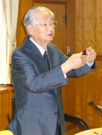 野球部コーチの暴力問題について記者会見する済美高の野沢善浩校長=16日午前、松山市