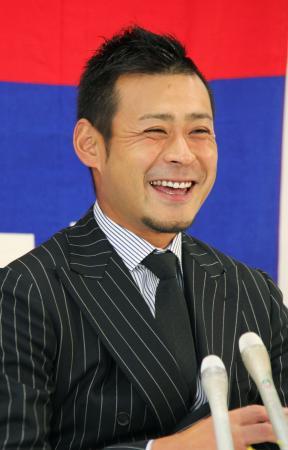 笑顔で引退の記者会見をする中日の朝倉健太投手=16日、ナゴヤ球場