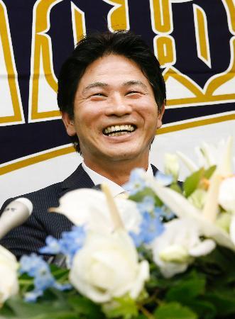 現役引退の記者会見で笑顔を見せるオリックスの谷佳知外野手=16日、京セラドーム大阪