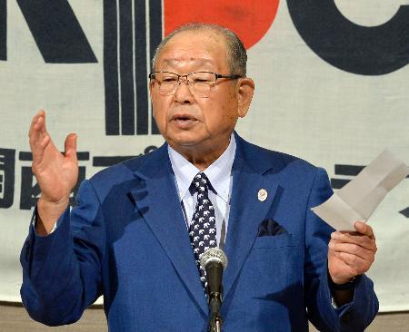 関西プレスクラブ定例会で講演する、元プロ野球阪神監督の吉田義男氏=17日午後、大阪市