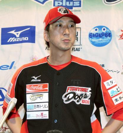 チーム最終戦の試合後、取材に応じる四国アイランドリーグplus高知の藤川球児投手=17日、高知市