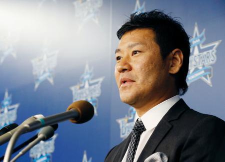 現役引退の記者会見をするDeNAの高橋尚成投手=18日、横浜市の球団事務所