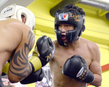 初防衛戦に向け、スパーリングで調整するWBAフライ級王者の井岡一翔=大阪市の井岡ジム