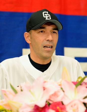 記者会見で現役引退を表明する中日の和田一浩外野手=19日、ナゴヤドーム