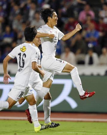 甲府―鹿島 後半、決勝ゴールを決め、ジャンプして喜ぶ鹿島・金崎=中銀スタ