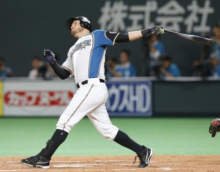 6回日本ハム1死一、二塁、レアードが左越えに逆転3ランを放つ=札幌ドーム