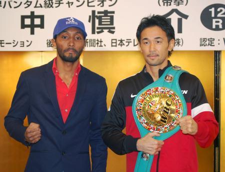 WBCバンタム級タイトルマッチで対戦する王者山中慎介(右)と挑戦者アンセルモ・モレノ=20日、東京都内のホテル