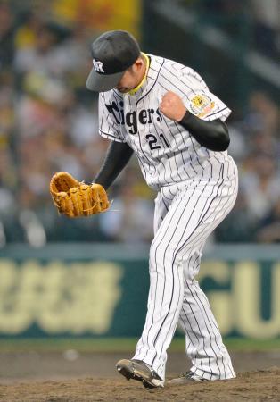 8回、ピンチをしのぎガッツポーズする阪神・岩田。4安打1失点で8勝目を挙げた=甲子園