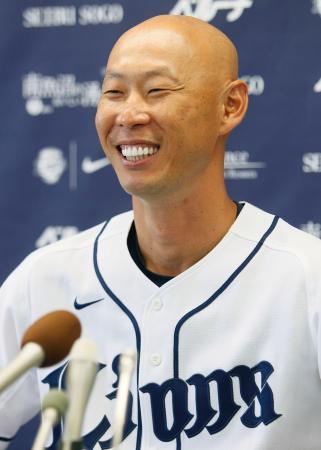 記者会見で、今季限りでの引退を表明する西武の森本稀哲外野手=21日、埼玉県所沢市