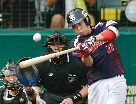 7回ヤクルト1死一、二塁、山田が左中間に決勝の二塁打を放つ=甲子園