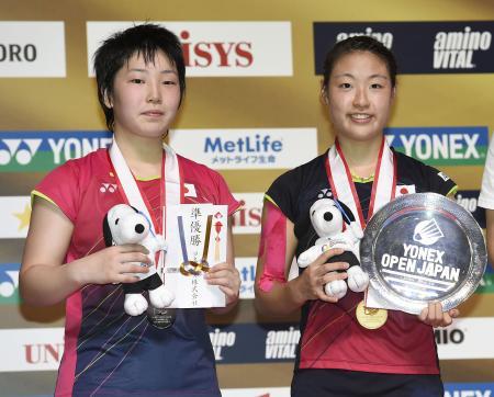 ヨネックスオープン女子シングルスで外国勢を退けて優勝を争い、チャンピオンになった奥原希望(右)と2位の山口茜(2015年9月13日、共同)