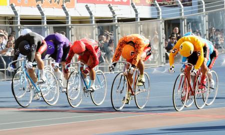 9レース、ゴールする1着の神山雄一郎(7)、2着の新田祐大(2)、3着の稲垣裕之(5)=松戸競輪場