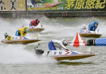 ドリーム戦で1周目2マークを回る1着の茅原悠紀(1)。後方左は2着の西山貴浩(5)=ボートレース尼崎
