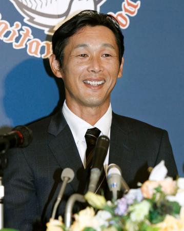 現役引退の記者会見で、笑顔を見せる西武の西口文也投手=23日、埼玉県所沢市の球団事務所