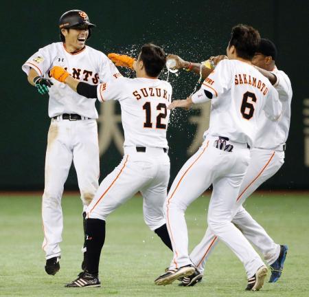 9回、サヨナラ打を放ちナインの祝福を受ける巨人・寺内(左端)=東京ドーム