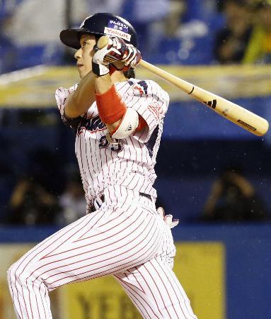 3回ヤクルト無死、山田が左越えに2打席連続となる本塁打を放つ=神宮