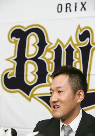 現役引退の記者会見をするオリックスの平野恵一内野手=25日、京セラドーム大阪