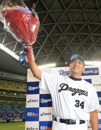 2014年9月、49歳でプロ野球の最年長勝利記録を更新し、花束を掲げる中日・山本昌投手=ナゴヤドーム