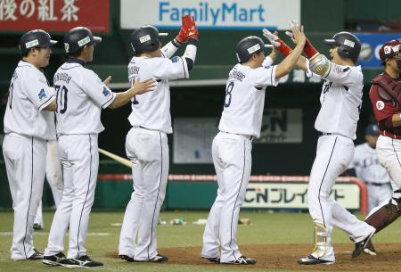 8回、勝ち越しの満塁本塁打を放ち、三走渡辺(右から2人目)らに迎えられる西武・浅村(右端)=西武プリンスドーム