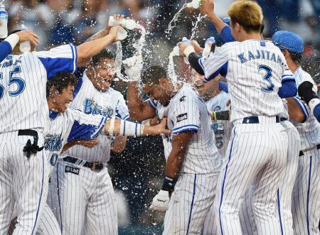 9回、サヨナラ本塁打を放ち、ナインの手荒い祝福を受けるDeNAのバルディリス(中央)=横浜