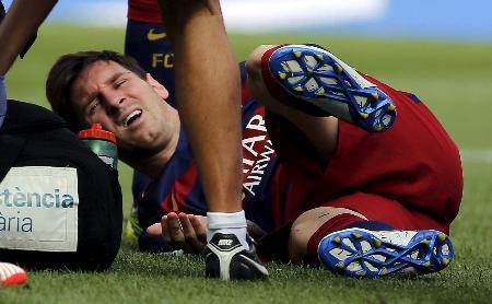 左膝を負傷し、倒れ込んだメッシ=バルセロナ(ロイター=共同)