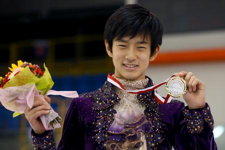 金メダルを手にした山本草太=トルン(ゲッティ=共同)