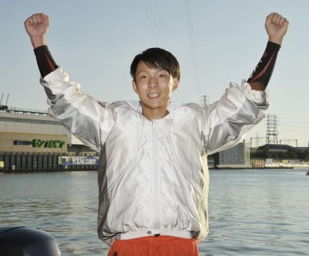 ボートレースのヤングダービーでG1初優勝を果たし、ガッツポーズの松田祐季=ボートレース尼崎